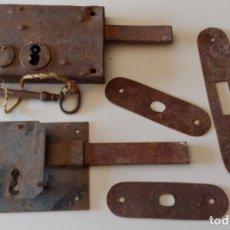 Antigüedades: DOS ANTIGUAS CERRADURAS UNA CON LLAVE. Lote 222577390