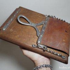 Antigüedades: ANTIGUA PRENSA DE ROBLE CUERO Y BRONCE PARA LIBROS ..FLORES -PORTATIL -SIGLO XIX-PARIS. Lote 222598363