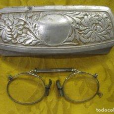 Antigüedades: ANTIGUOS QUEVEDOS CON SU FUNDA EN ALUMINIO REPUJADO. Lote 222641872