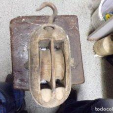 Antigüedades: ANTIGUA POLEA DE DOBLE ROLDANA TIPO NAVAL DE MADERA Y HIERRO FORJADO GARRUCHA. Lote 222682981