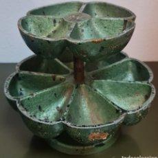 Antigüedades: ZAPATERO.- DISPENSADOR DOBLE BANDEJA GIRATORIA PARA PUNTAS, CLAVOS Y TACHUELAS.. Lote 222711150
