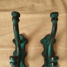 Antigüedades: JUEGO 2 PERCHAS METAL. Lote 222786978