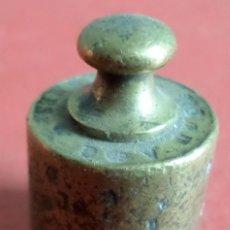 Antigüedades: PESA BRONCE 50 GR.--- 50 GRAMMES F.V.- G.F EN LA BASE Y LATERA CON PUNZONES. Lote 222803750