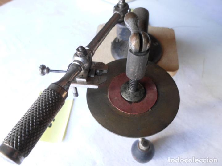 MUY ANTIGUO UTIL PARA CORTAR CRISTALES DE OPTICA REDONDOS CON BRAZO Y DIAMANTE (Antigüedades - Técnicas - Otros Instrumentos Ópticos Antiguos)
