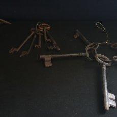 Antiquités: LOTE DE LLAVES DE HIERRO ANTIGUOS + PORTA VELAS O LAMPARA DE ACEITE ANTIGUA. Lote 222998110