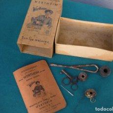 Antigüedades: MÁQUINA DE COSER WERTHEIM, CAJA CON INSTRUCCIONES Y ACCESORIOS. Lote 223054276