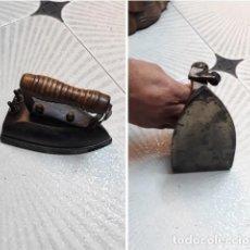 Antigüedades: ANTIGUA PLANCHA DE HIERRO CON MANGO MADERA..ORIGINAL ..17 CM..ELECTRICA.. Lote 223096091