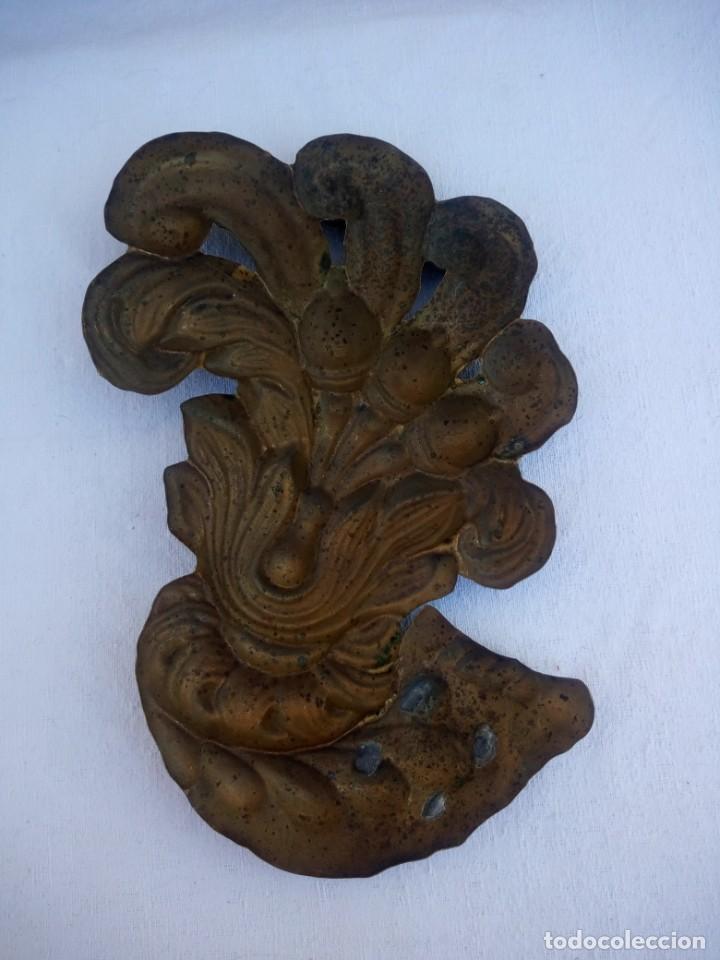 Antigüedades: Antiguo adorno para muebles de latón muy repujado. - Foto 4 - 223128028