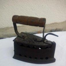 Antigüedades: ANTIGUA PLANCHA DE HIERRO FUNDIDO ,ASA DE MADERA.. Lote 223389128