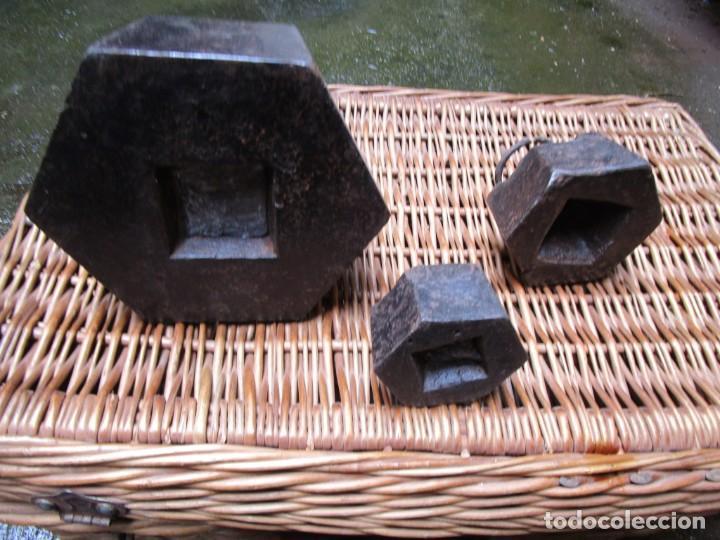 Antigüedades: LOTE DE 3 PESAS PONDERALES BÁSCULA, HIERRO FUNDIDO, 10 + 2 + 1 KILOS, LIMPIAS. VER FOTOS Y TEXTO + - Foto 2 - 223751482