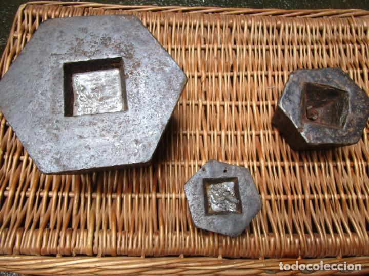 Antigüedades: LOTE DE 3 PESAS PONDERALES BÁSCULA, HIERRO FUNDIDO, 10 + 2 + 1 KILOS, LIMPIAS. VER FOTOS Y TEXTO + - Foto 3 - 223751482