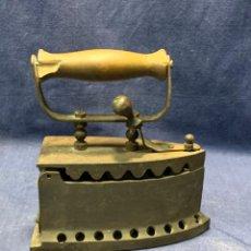Antigüedades: PLANCHA CARBON ANTIGUA HIERRO MADERA BASE PERFORADA PATINA USO VER FOTOS 20X19X9CMS. Lote 240847080