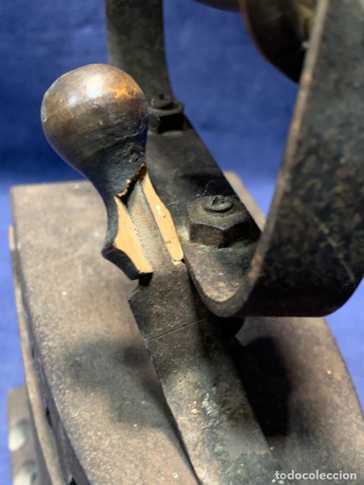 Antigüedades: PLANCHA CARBON ANTIGUA HIERRO MADERA BASE PERFORADA PATINA USO VER FOTOS 20X19X9CMS - Foto 6 - 240847080