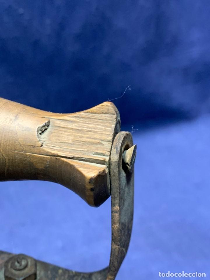 Antigüedades: PLANCHA CARBON ANTIGUA HIERRO MADERA BASE PERFORADA PATINA USO VER FOTOS 20X19X9CMS - Foto 8 - 240847080