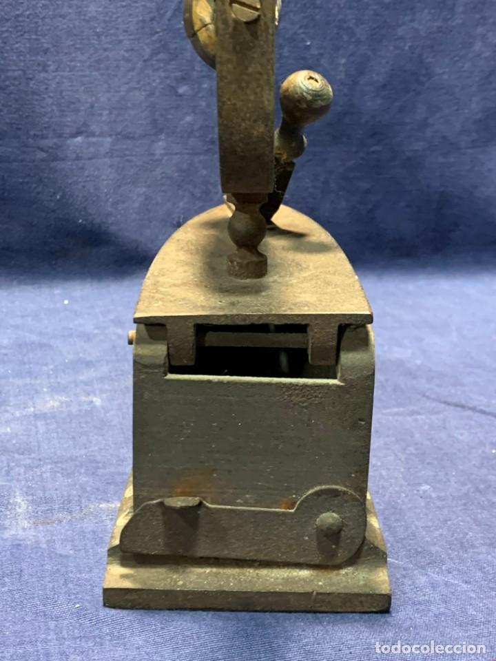 Antigüedades: PLANCHA CARBON ANTIGUA HIERRO MADERA BASE PERFORADA PATINA USO VER FOTOS 20X19X9CMS - Foto 10 - 240847080