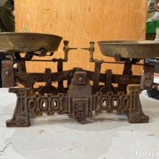 Antiquités: ANTIGUA BALANZA EN HIERRO FUNDIDO DE 2 KG DE PESO . PLATOS BRONCE. VER LAS FOTOS. Lote 223942190