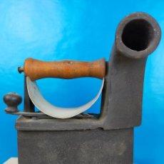 Antigüedades: PRECIOSA PLANCHA CARBON CON CHIMENEA. Lote 223960260