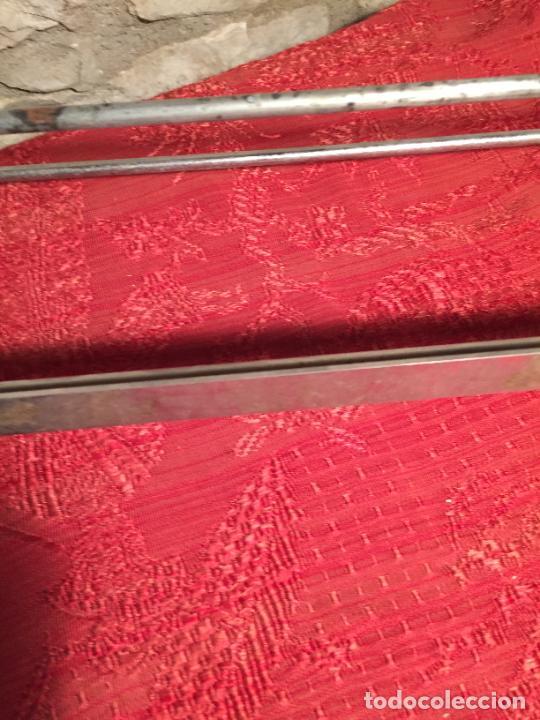 Antigüedades: Antiguo portarollos para papel de regalo o envolver en metal niquelado de tienda o colmado años50-60 - Foto 4 - 223974698