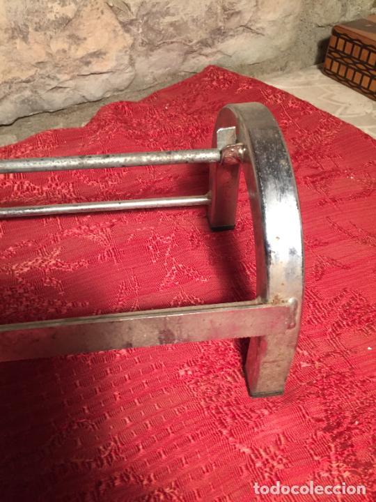 Antigüedades: Antiguo portarollos para papel de regalo o envolver en metal niquelado de tienda o colmado años50-60 - Foto 5 - 223974698
