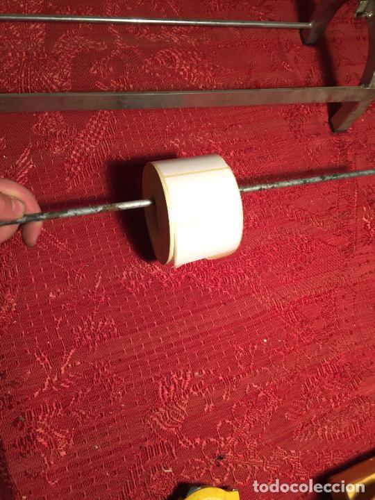 Antigüedades: Antiguo portarollos para papel de regalo o envolver en metal niquelado de tienda o colmado años50-60 - Foto 9 - 223974698