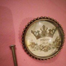 Antigüedades: PRECIOSO TIRADOR DE BRONCE Y CRISTAL CON IMAGEN DE PARIS Nº 5. Lote 224133320