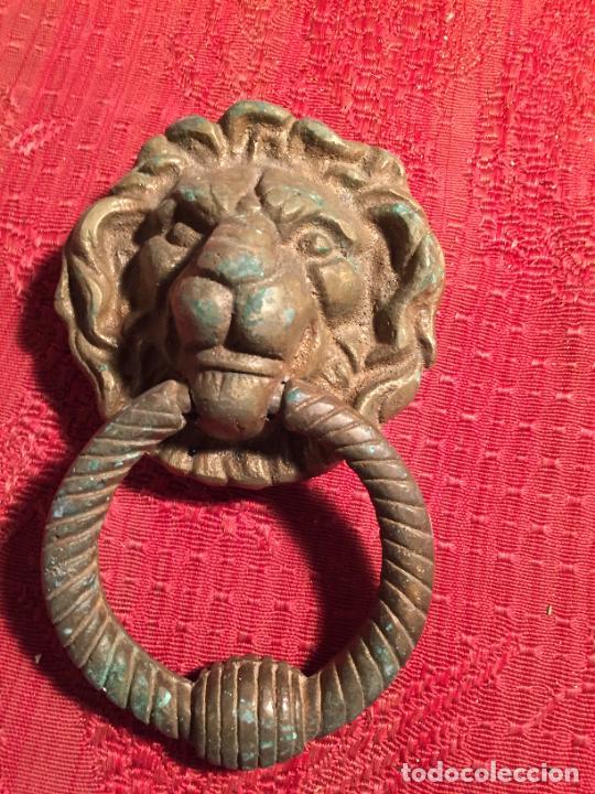 Antigüedades: Antiguo picador / llamador de fuerta de hierro colado con argolla de león años 20-30 - Foto 2 - 224170542