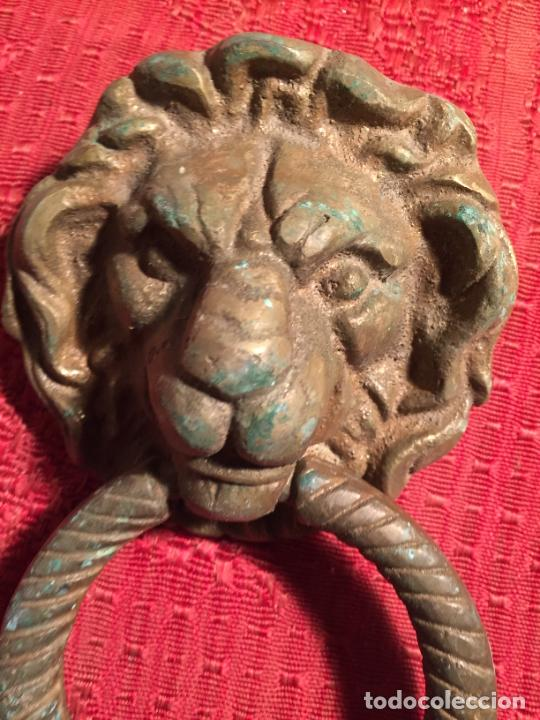 Antigüedades: Antiguo picador / llamador de fuerta de hierro colado con argolla de león años 20-30 - Foto 3 - 224170542
