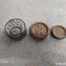 Antigüedades: JML LOTE DE 3 PESAS DIFERENTES DE HIERRO FORJA PESA PESO MEDIDAS DE PESO DE BALANZA VER FOTOS RARAS. Lote 224250131