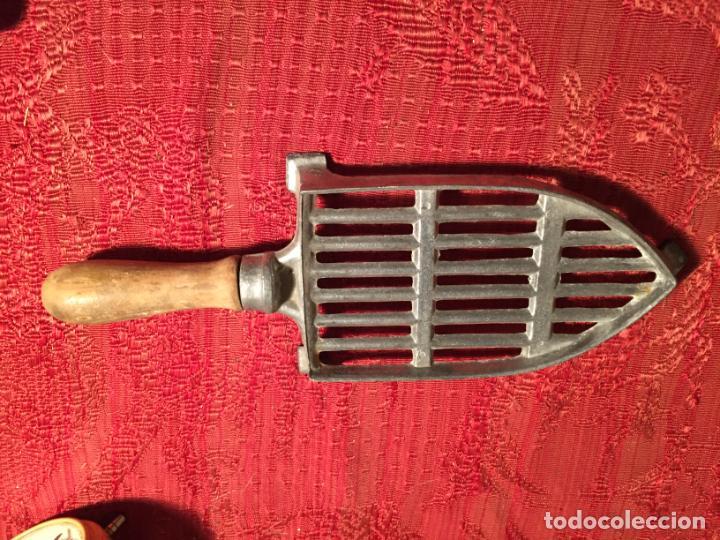 Antigüedades: Antiguo soporte de plancha de aluminio con asa de madera años 50 - Foto 2 - 224485981