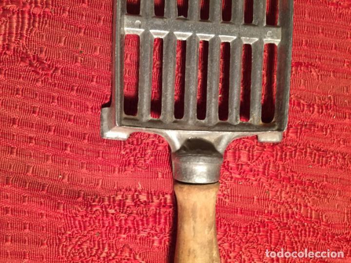 Antigüedades: Antiguo soporte de plancha de aluminio con asa de madera años 50 - Foto 4 - 224485981