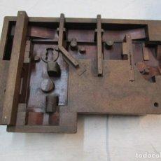 Antigüedades: REFREY VIGO MAQUINAS DE COSER - ANTIGUO VACIADO EN MADERA PARA FUNDIR CARCASAS, POR EBANISTAS + INFO. Lote 224516805