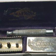 Antigüedades: MAQUINILLA DE AFEITAR MARAVILLA COMPLETA Y EN CAJA ORIGINAL. Lote 224764052
