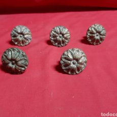 Antigüedades: LOTE DE 5 TIRADORES ANTIGUOS PARA CAJONES O PUERTAS DE ARMARIO EN BRONCE O LATÓN. Lote 224897936
