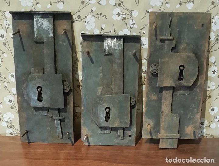 LOTE DE 3 ANTIGUAS CERRADURAS DE CÓMODA FRANCESA, HIERRO FORJADO. DEL SIGLO XVIII-XIX (Antigüedades - Técnicas - Cerrajería y Forja - Cerraduras Antiguas)
