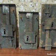 Antigüedades: LOTE DE 3 ANTIGUAS CERRADURAS DE CÓMODA FRANCESA, HIERRO FORJADO. DEL SIGLO XVIII-XIX. Lote 225155940