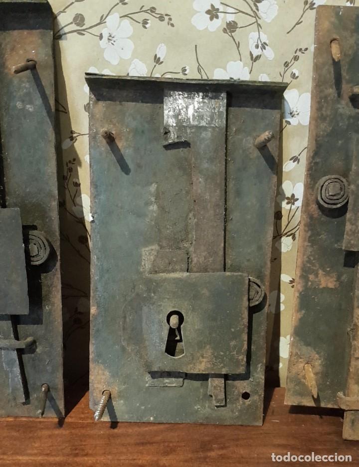Antigüedades: LOTE DE 3 ANTIGUAS CERRADURAS DE CÓMODA FRANCESA, HIERRO FORJADO. DEL SIGLO XVIII-XIX - Foto 3 - 225155940