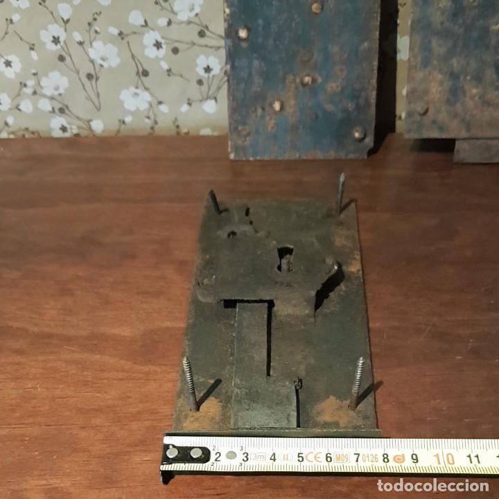 Antigüedades: LOTE DE 3 ANTIGUAS CERRADURAS DE CÓMODA FRANCESA, HIERRO FORJADO. DEL SIGLO XVIII-XIX - Foto 10 - 225155940