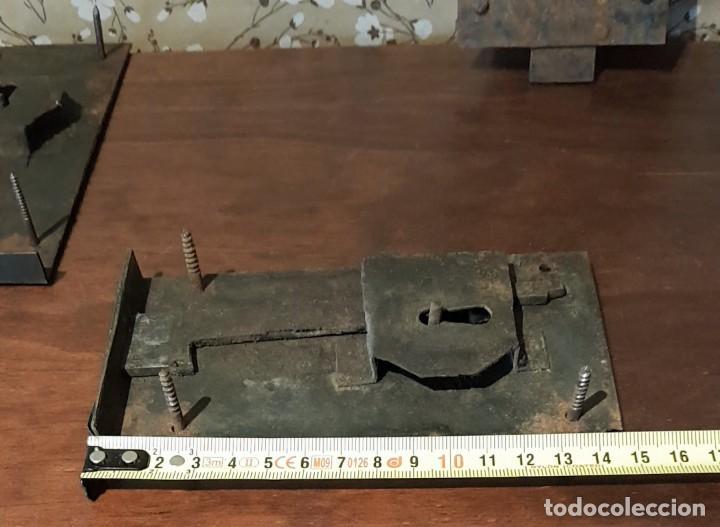 Antigüedades: LOTE DE 3 ANTIGUAS CERRADURAS DE CÓMODA FRANCESA, HIERRO FORJADO. DEL SIGLO XVIII-XIX - Foto 11 - 225155940