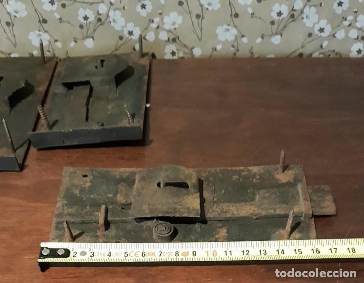 Antigüedades: LOTE DE 3 ANTIGUAS CERRADURAS DE CÓMODA FRANCESA, HIERRO FORJADO. DEL SIGLO XVIII-XIX - Foto 13 - 225155940
