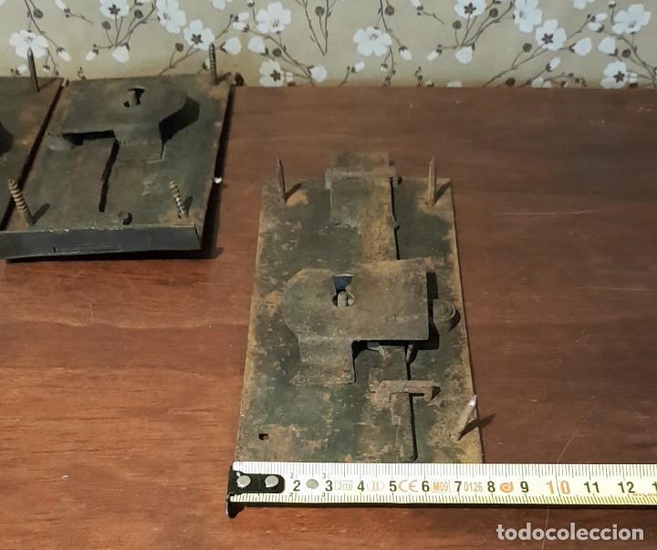 Antigüedades: LOTE DE 3 ANTIGUAS CERRADURAS DE CÓMODA FRANCESA, HIERRO FORJADO. DEL SIGLO XVIII-XIX - Foto 14 - 225155940