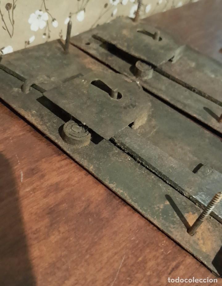Antigüedades: LOTE DE 3 ANTIGUAS CERRADURAS DE CÓMODA FRANCESA, HIERRO FORJADO. DEL SIGLO XVIII-XIX - Foto 17 - 225155940