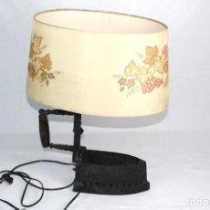 Antigüedades: LAMPARA DE SOBREMESA, REALIZADA A PARTIR DE UNA PLANCHA DE CARBON.-FUNCIONA-. Lote 225333761