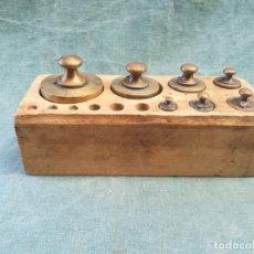 Antigüedades: JUEGO DE 7 PESAS DE BRONCE CON SU CAJA. Lote 225448725