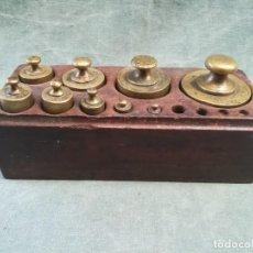 Antigüedades: JUEGO DE 9 PESAS DE BRONCE CON SU CAJA. Lote 225448885