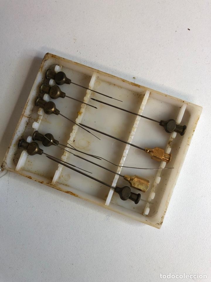 Antigüedades: Antigua caja con agujas con caja de plástico original van 9 agujas - Foto 2 - 225492297
