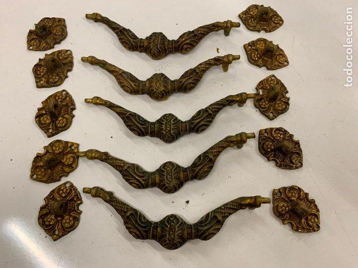 Antigüedades: 5 tiradores antiguos con sus respectivos enganches, para comoda o cajones. ver medidas - Foto 5 - 225593870