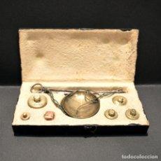 Antigüedades: ANTIGUA BALANZA DE PRECISIÓN CON PONDERALES PARA MONEDAS Y ORO. Lote 225615942