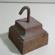 Antigüedades: ANTIGUA CONTRAPESA DE HIERRO MACIZO, FORMA DE BASA. PESA CASI 1300 GRAMOS. Lote 225632240