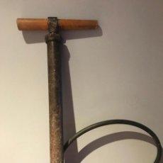 Antigüedades: ANTIGUA BOMBA DE AIRE DE HIERRO CON MANGO DE MADERA. Lote 225639570
