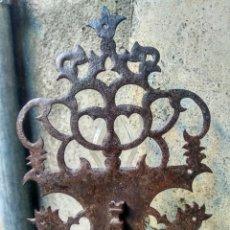 Antigüedades: ESPECTACULAR CERRADURA, FONTRAL DE BARGUEÑO - HIERRO CALADO Y FORJA - ESPAÑA, SIGLO XVII - PRECIOSA. Lote 225720416